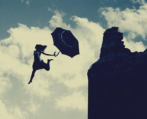 chica saltando con paraguas